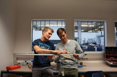 Patrick und Alexander bei der Weiterentwicklung ihrer Beleuchtungsröhren im RUNWAY Startup Incubator in Winterthur